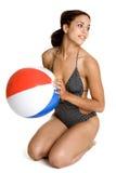 Ragazza del costume da bagno della sfera di spiaggia Immagini Stock