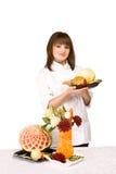 Ragazza del cuoco che tiene una zolla di frutta Fotografia Stock Libera da Diritti