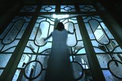 Ragazza del fantasma di orrore in costruzione abbandonata Fotografie Stock Libere da Diritti