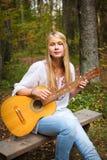Ragazza del giocatore di chitarra Fotografie Stock Libere da Diritti