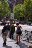 Ragazza del hula-hoop sulla via di Melbourne Fotografia Stock