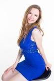 Ragazza del modello di alta moda che porta vestito blu isolato Fotografie Stock