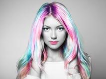 Ragazza del modello di moda di bellezza con capelli tinti variopinti Fotografie Stock Libere da Diritti