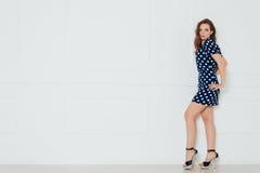 Ragazza del modello di moda che indossa il ritratto blu del vestito Fotografie Stock