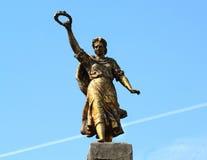 Ragazza del monumento con un anello in sua mano Fotografia Stock Libera da Diritti