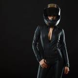 Ragazza del motociclista che posa nello studio immagini stock libere da diritti
