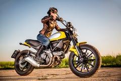 Ragazza del motociclista su un motociclo Immagine Stock Libera da Diritti