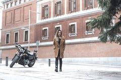 Ragazza del motociclista in un bomber su un motociclo fotografia stock libera da diritti
