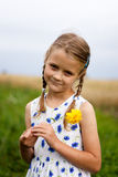Ragazza del paese con il fiore giallo Fotografie Stock Libere da Diritti