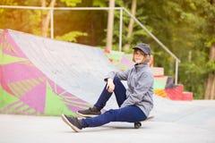Ragazza del pattinatore su skatepark che passa pattino all'aperto immagine stock libera da diritti