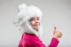 Ragazza del Preteen che indossa cappuccio lanuginoso che dà pollice su Immagine Stock