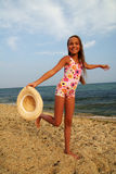Ragazza del Preteen sulla spiaggia del mare Immagini Stock Libere da Diritti