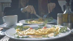 Ragazza del primo piano che mangia omelette fuori della via nel giorno soleggiato di autunno a Venezia archivi video