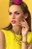 Ragazza del primo piano in vestito giallo fotografie stock libere da diritti