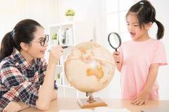 Ragazza del ragazzino dell'Asia osservando e studiando Fotografia Stock