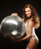Ragazza del redhair del ballerino con la palla della discoteca Fotografia Stock Libera da Diritti
