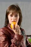 Ragazza del ritratto con l'arancio Fotografie Stock Libere da Diritti