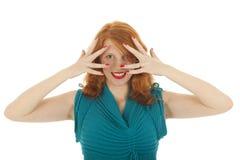Ragazza del ritratto con nascondersi rosso dei capelli Fotografie Stock
