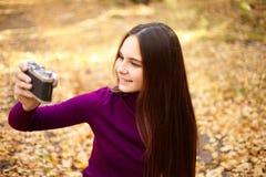 Ragazza del ritratto con una macchina fotografica d'annata fotografia stock libera da diritti
