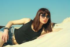 Ragazza del ritratto in occhiali sul lago della costa Fotografia Stock Libera da Diritti
