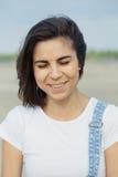 Ragazza del ritratto sulla spiaggia Fotografie Stock Libere da Diritti