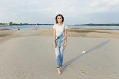 Ragazza del ritratto sulla spiaggia Fotografia Stock Libera da Diritti