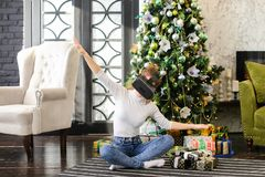 Ragazza del rivenditore che usando i vetri di realtà virtuale Immagine Stock