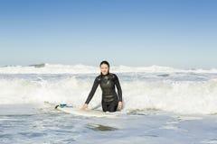 Ragazza del surfista fotografia stock libera da diritti
