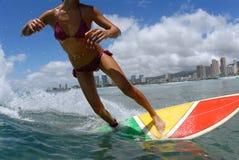 Ragazza del surfista del bikini fotografie stock
