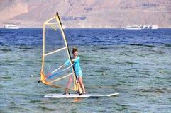 Ragazza del surfista del vento Fotografie Stock