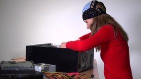 Ragazza del tecnico che installa scheda madre al caso di desktop pc archivi video