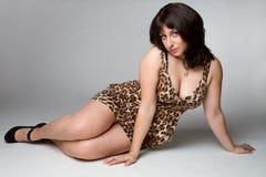 Ragazza del vestito dal leopardo fotografia stock libera da diritti