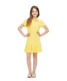 ragazza del vestito piccolo colore giallo sorridente Fotografie Stock Libere da Diritti