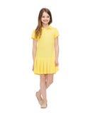 ragazza del vestito piccolo colore giallo sorridente Immagine Stock