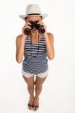 Ragazza del viaggiatore che guarda con binoculare Immagine Stock Libera da Diritti