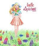 Ragazza dell'acquerello in vestito e cappello graziosi che cammina in un prato floreale con erba Giovani donne con il mazzo flore illustrazione di stock