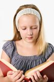 Ragazza dell'adolescente che legge un libro isolato sul bianco Immagini Stock Libere da Diritti