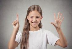 Ragazza dell'adolescente che mostra 6 dita Fotografie Stock