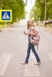 Ragazza dell'adolescente che mostra i pollici su sul passaggio pedonale Fotografie Stock