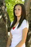 Ragazza dell'adolescente che propone nel cortile fotografie stock libere da diritti