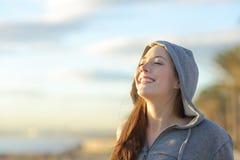 Ragazza dell'adolescente che respira aria fresca profonda Fotografia Stock Libera da Diritti