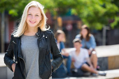 Ragazza dell'adolescente che sorride e che sta Fotografia Stock Libera da Diritti
