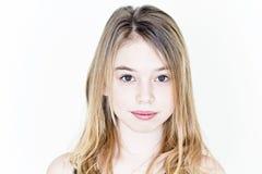 Ragazza dell'adolescente con capelli lunghi biondi ed i grandi occhi sulla parete bianca immagini stock libere da diritti