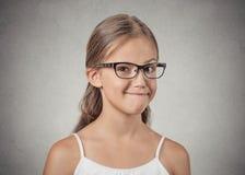 Ragazza dell'adolescente con i vetri che sembrano sospettosi, scettico Immagini Stock Libere da Diritti