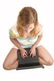 Ragazza dell'adolescente con il computer portatile. Immagini Stock