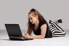 Ragazza dell'adolescente con il computer portatile Immagini Stock Libere da Diritti