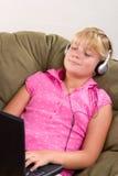 Ragazza dell'adolescente con il computer portatile Immagine Stock