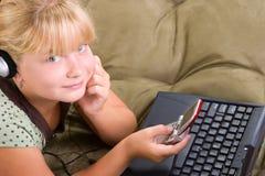 Ragazza dell'adolescente con il computer portatile e Fotografia Stock Libera da Diritti