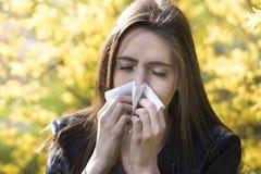 Ragazza dell'adolescente con l'allergia del polline Fotografia Stock