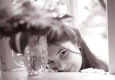 Ragazza dell'adolescente con la fine del boupuet dell'ortensia sulla foto immagine stock libera da diritti